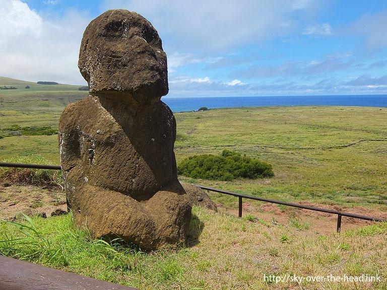 ラノララクの正座する子供のモアイ|ラパ・ヌイ島(チリ)/Rapa Nui Island (Chile)