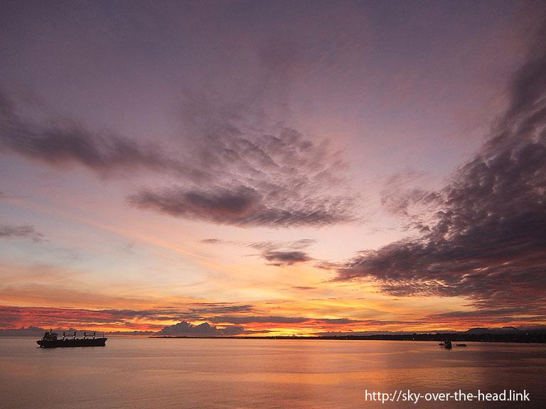ガダルカナル島の朝焼け