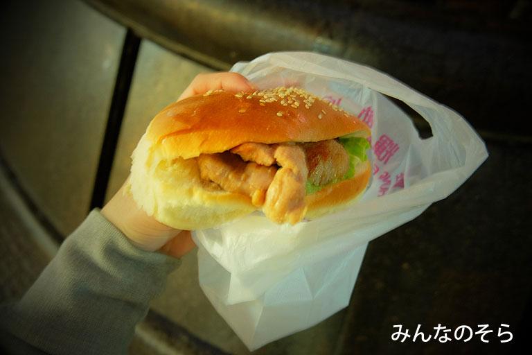 雄輝餅店でチキンドック(香港)