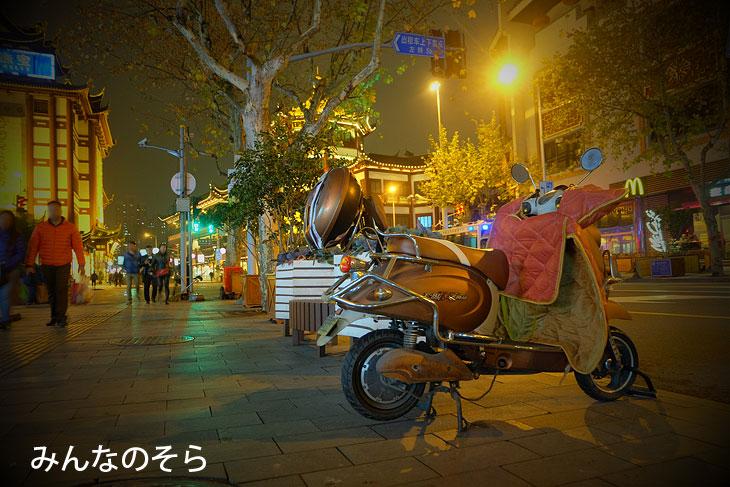 上海のバイクは、電動バイク!しかも、防寒着つき