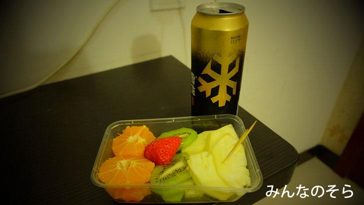 中国ビール「雪花」で、ローカルな果物屋さんで購入したフルーツ