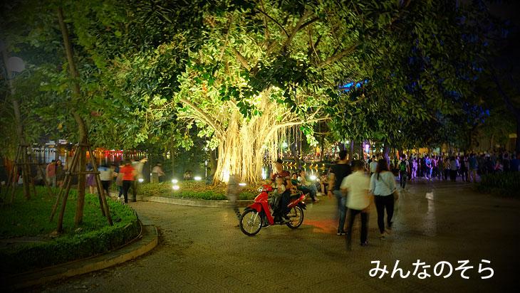 チャンティエン通りr@夜のホアンキエム湖(ハノイ@ベトナム)