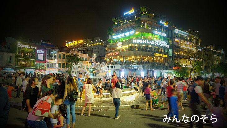 噴水(Quảng trường Đông Kinh Nghĩa Thục/Tonkin Free School Square)@夜のホアンキエム湖(ハノイ@ベトナム)
