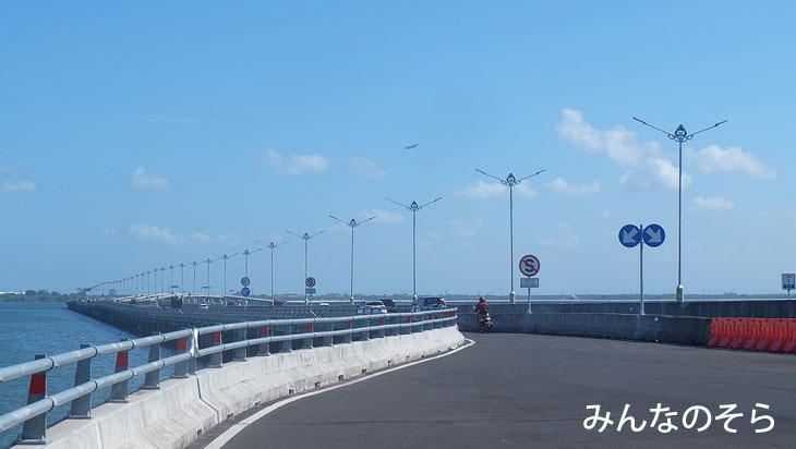 海の上の高速道路「Mandara Toll Road」をバイクで疾走