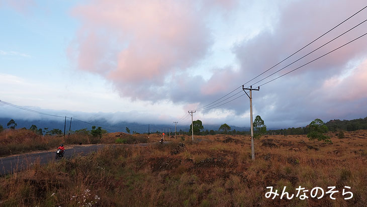 火山岩がぼこぼこ!朝焼けのバトゥール湖畔