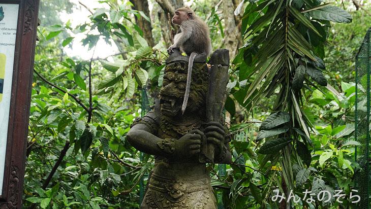 サルと寺院、珍な石像とのコラボ@バリ島ウブドの観光地!モンキーフォレストで「猿+α」を愛でる