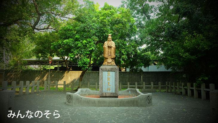 台中神社の名残。鳥居・石塔など
