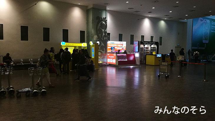 クアラルンプール空港(KLIA2)では、早朝でもSIM屋さん営業