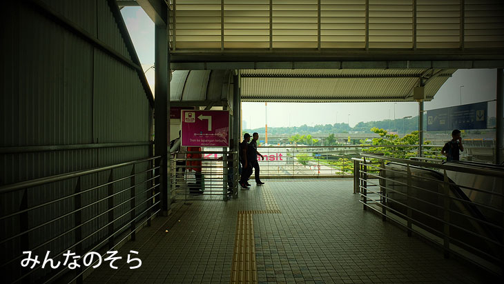 TBSバスステーション→KLIA transitの「Bandar Tasik Selatan」駅で徒歩で移動
