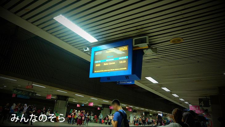 KTM Komuterのホームで電車を待ちます