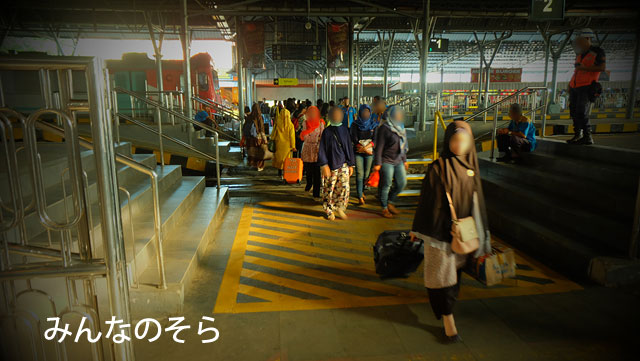 ほぼ定刻!ジョクジャカルタ駅に到着