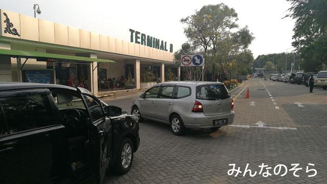 アジスチプト国際空港には、ターミナルAorBがある!