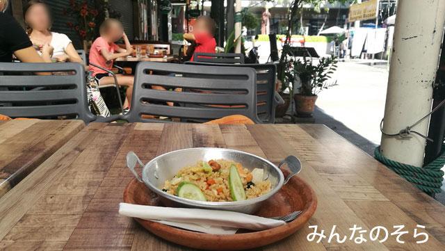 サパーンタクシーン駅周辺で、朝食は食べれますか?