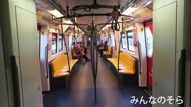 TSタラート・プルー駅2番出口階段前からソンテウに乗車