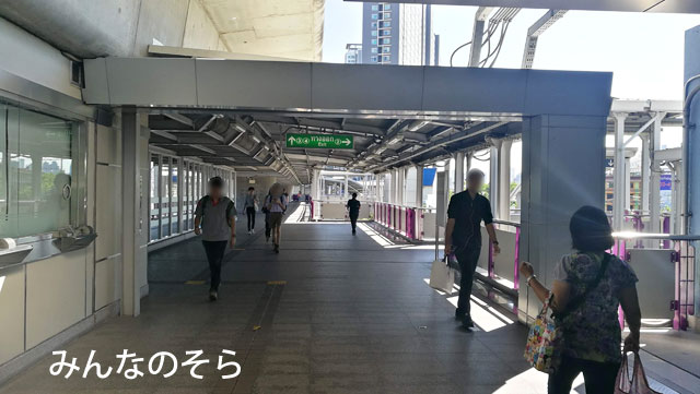 BTSタラート・プルー駅2番出口階段前からソンテウに乗車