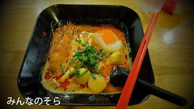 タラート・ロットファイ・ラチャダーで、トム・ヤン・クン麺をいただきました