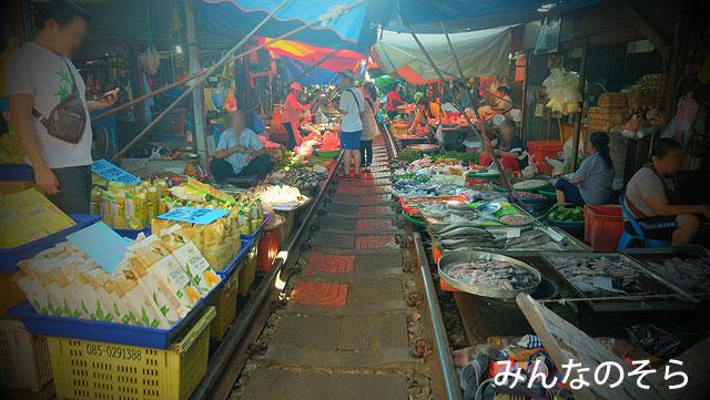 メークロン(Mae Klong)駅とメークロン線路市場とを散策