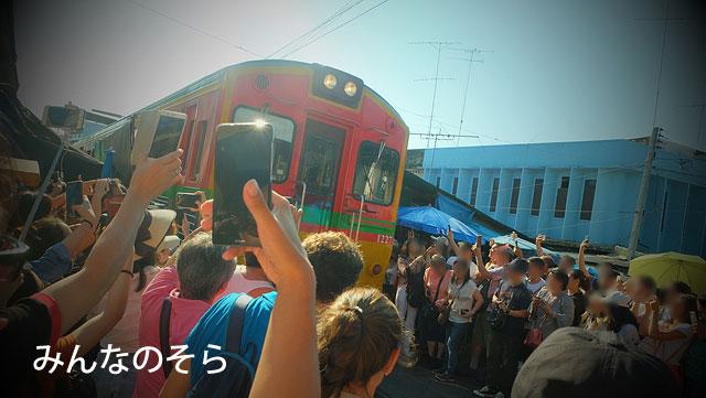 メークロン市場に電車が!そして、カオスがはじまる