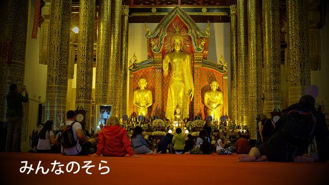 お堂内の装飾と、背後の仏塔必見!ワット・チェディルアン