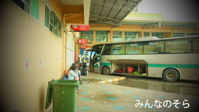 チェンマイ行きのバスが発着するプラットホームを確認