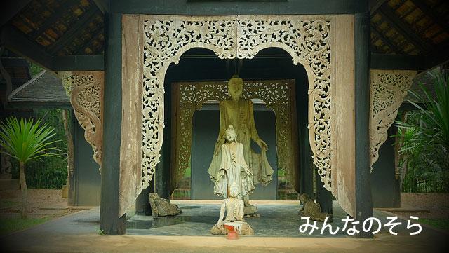 チェンライ出身の芸術家の私設ミュージアム「黒い家」たち