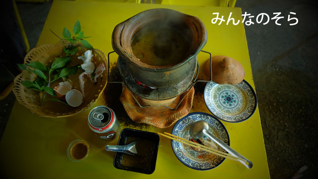 チェンライナイトバザールで、タイ北部の鍋料理「チムチュム」を食す