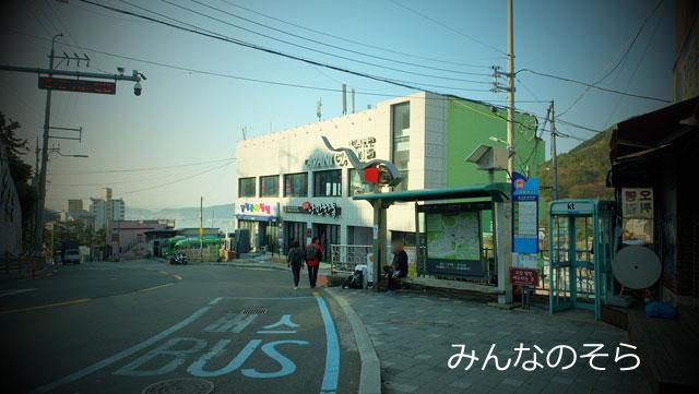 南浦洞→チャガルチ1番出口のバス停から「2番マウルバス」に乗って、甘川文化村にアクセス