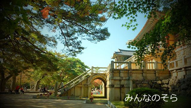 広場で紫霞門、安養門を愛でる