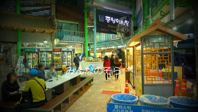 慶州中央市場のナイトマーケットで、キムパブを食す